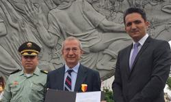 El profesor de la Universidad Tecnológica de Pereira Julián Serna Arango recibe condecoración en el grado de caballero